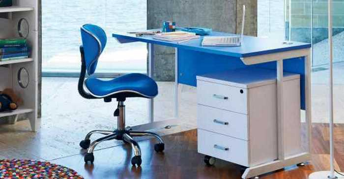 clean un-clutered desk